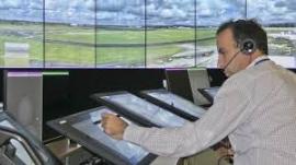 Egy irányító két repülőtéren, mindez távolból
